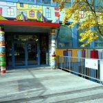 Haupteingang Schorkstr. (Säulengestaltung: Schüler 9. Klasse 2017)